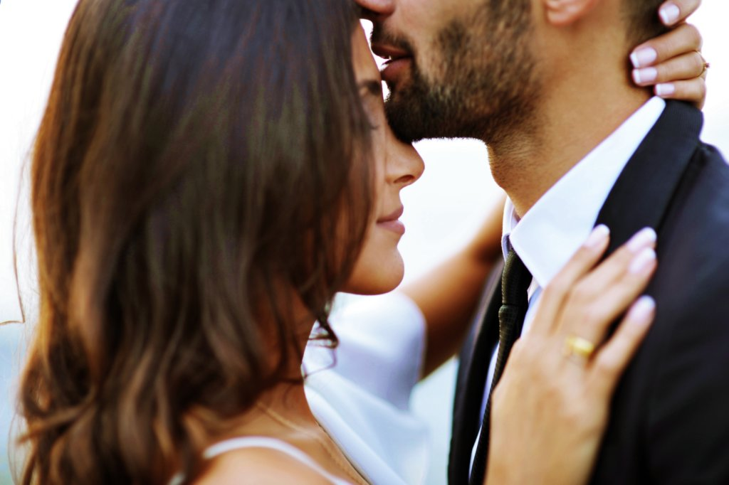 Kuss auf Stirn Bedeutung > Was es bedeutet und warum es